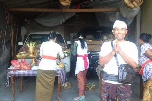 Bali Tour Guide traditional car offerings